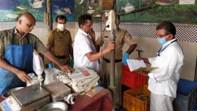 Photo of തിരുവമ്പാടിയിൽ പഴക്കം ചെന്ന മീൻ പിടിച്ചെടുത്തു നശിപ്പിച്ചു.
